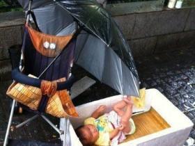 人神共愤:女子让婴儿淋雨乞讨