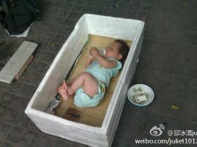 气愤:鼓浪屿上现利用婴儿乞讨者