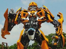 震撼:厦门爱国青年打造6.5米高大黄蜂