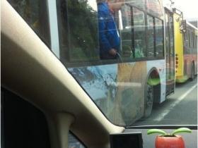 厦门再现极品男 公交车上撒尿
