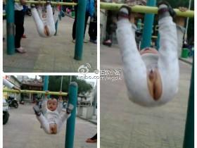 人才:厦门两岁儿童穿着开裆裤玩单杠