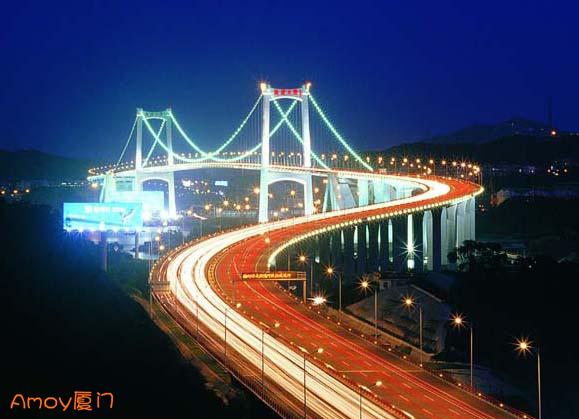 小男孩赤脚走上海沧大桥·嘴唇冻得发黑