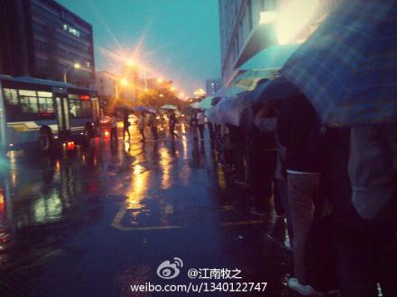 值得学习:厦门软二下雨天整齐有序等公交的人们