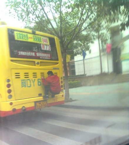 """厦门惊现""""壁虎哥""""·挤公交的都弱爆了"""