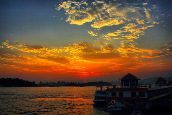 夕阳下的轮渡码头