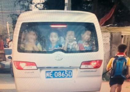 湖里校车:一辆微型车挤40个小孩2个大人