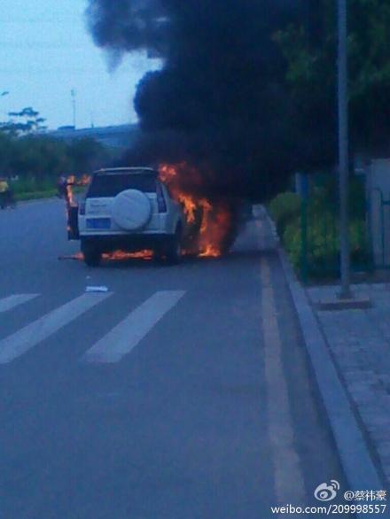 厦门西潘路口一汽车发生自燃