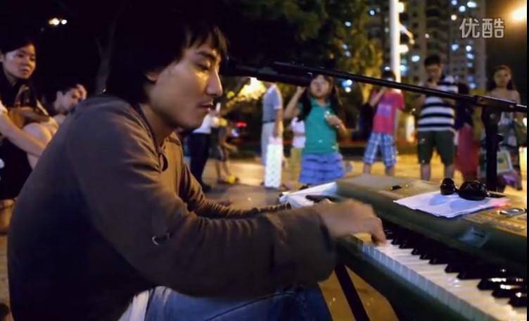 厦门街头艺术家表演:引围观者无数