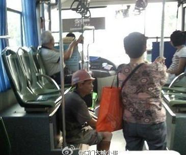 公交车上,为了不弄脏座位,民工兄弟这样坐着