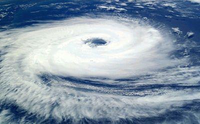 郑大爷威武:强台风苏拉减弱为台风