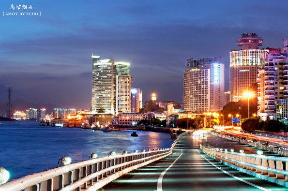 日落时的厦门轮渡海边和演武大桥