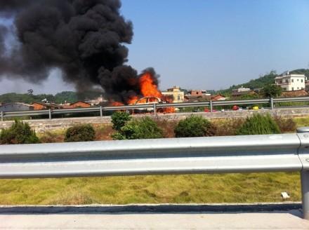 厦漳高速龙海出口一小客车发生自燃