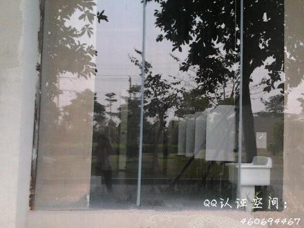 华侨大学厦门工学院惊现 全透明玻璃男厕所