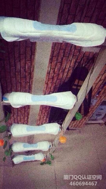 楼梯冰冷?厦大女生用卫生巾裹住宿舍床把杆