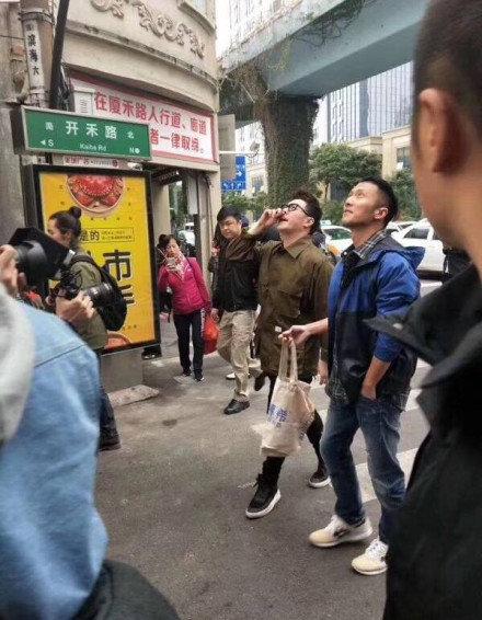 谢霆锋 潘玮柏现身厦门八市买海鲜 将于杏林202大排档录制节目